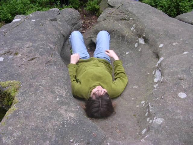 Kamienie z wyżłobionymi nieckami, wannami. Niektórzy specjaliści podejrzewają, że mogły być w czasach pogańskich używane do porodów.