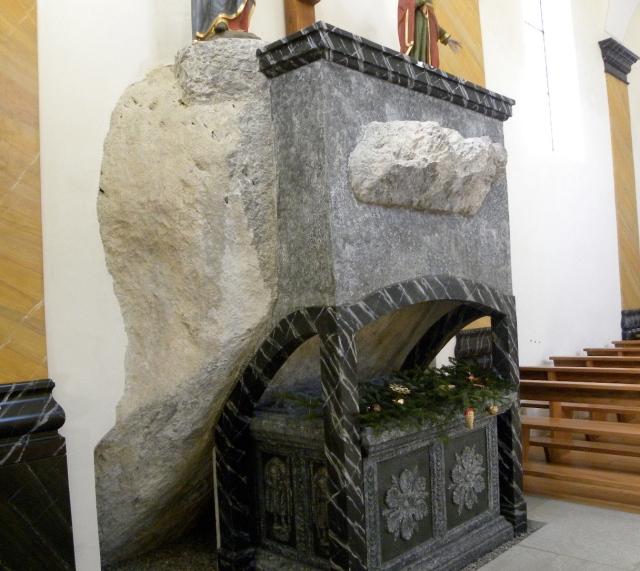 kamien pochylony nad pielgrzymami