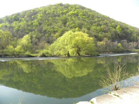 Doubs w Besancon, oplatająca wzgórze Chaudanne, na którym znajdowała się aż do XVII wieku świątynia Diany