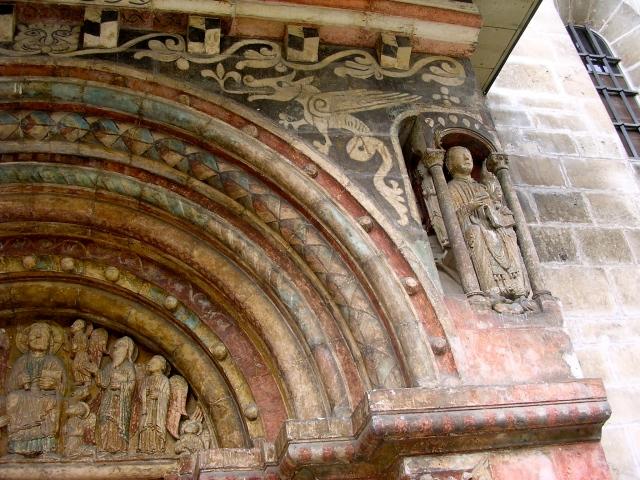 Vouivre na portalu a obok św. Ursyn z ledwie widoczną bestią za plecami