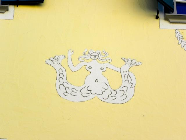 Ta piękna syrena z Samedanu zaznacza gestem jej królestwo, panuje na górze i na dole.