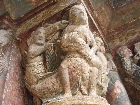 Na portalu kolegiaty w St. Ursanne syrena karmiąca dziecko. To symbol rozwiązłego pogaństwa, nie do końca jednoznaczny. Syreny również chroniły wiernych.