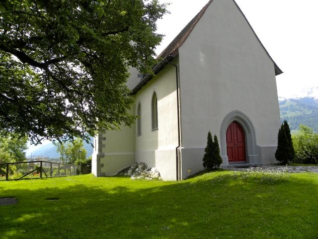 Kaplica Św. Sebastiana na wzgórzu Splee, na którym straszy po zmroku. W rogu resztki pogańskiego kultowego kamienia.
