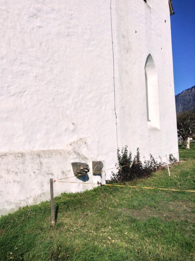 Dziwne kamienie na ścianie kaplicy św. Leonarda