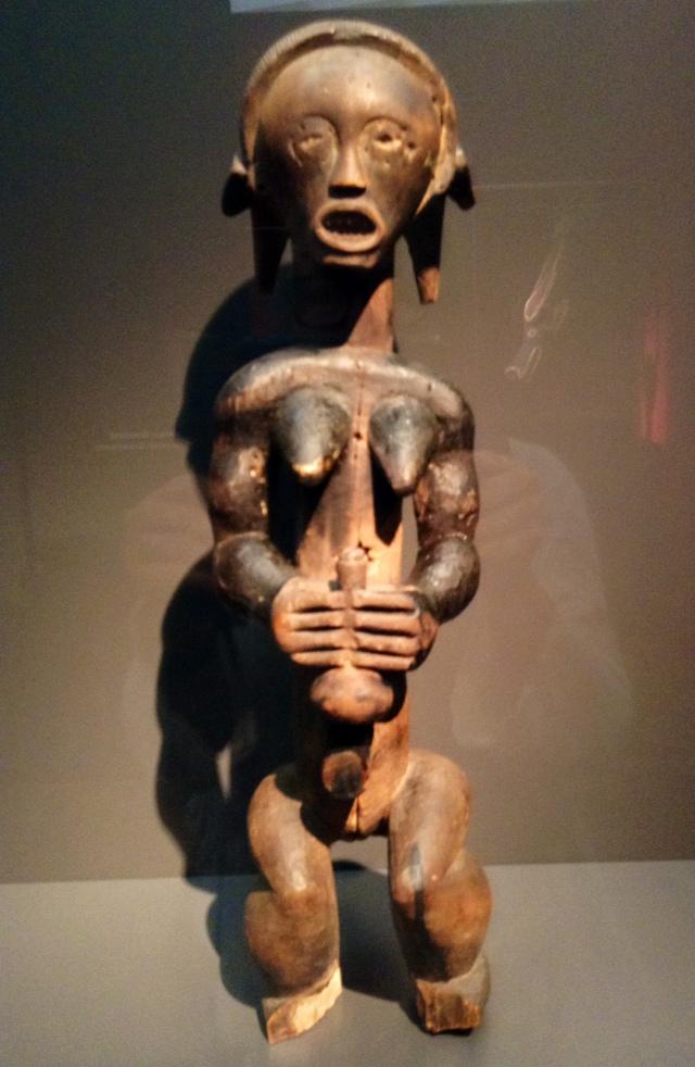 Burkina Faso, rok 1900. Kobieta z naczyniem. Obwisłe piersi oznaczały płodność.