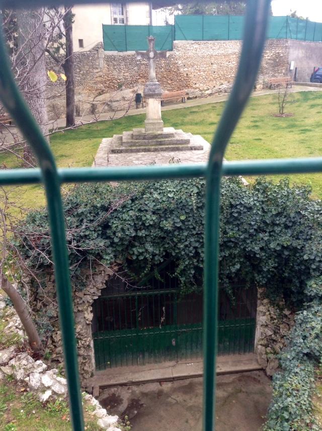 Przed kapliczką widoczny po lewej stronie zabezpieczony właz do źródła. Drugi znajduje się w środku kaplicy.