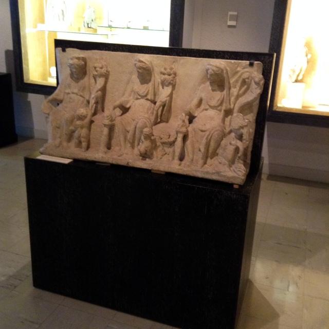 Ołtarzyk trzech Matron (muzeum archeologiczne w Dijon), jeden z wielu znalezionych na terenie Francji i Niemiec. Są różnego wieku, w rękach trzymają rogi obfitości, czasami całuny czy patery.