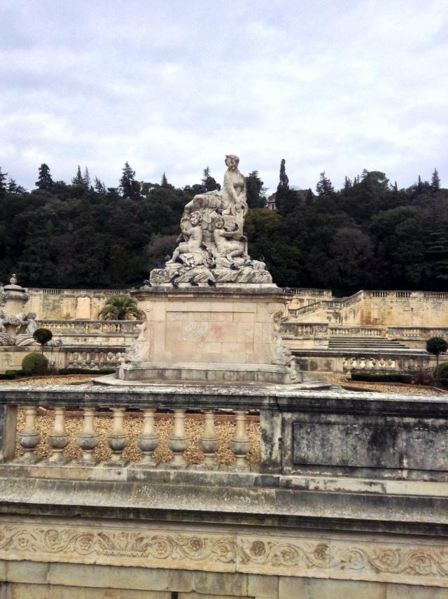 Imponujące Nympheum w Jardin de la Fontaine.