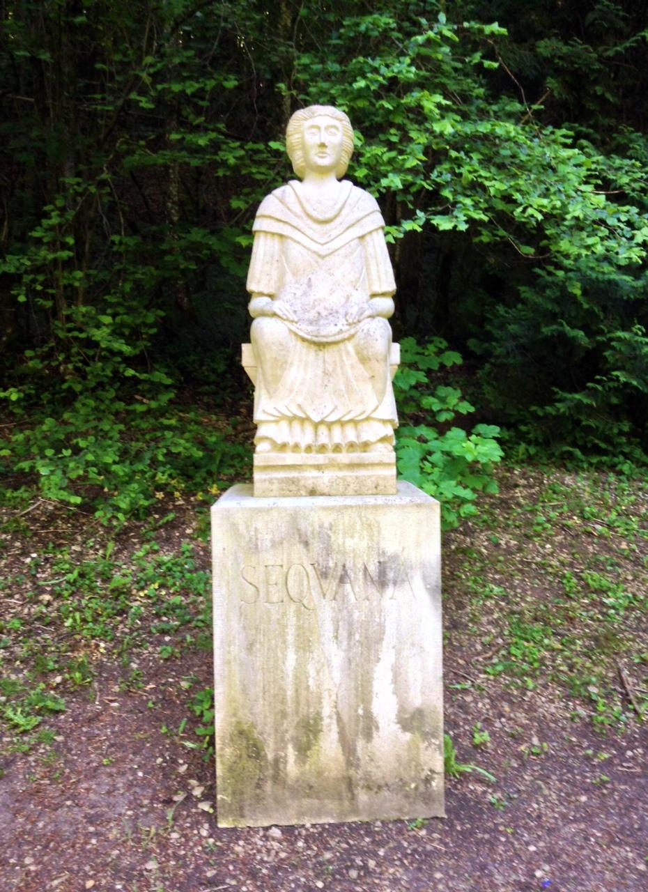 2f55d62c3c771f Rekonstrukcja rzymskiej Sekwany w parku koło źródła. Figura bogini ...