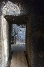 Pierwsze piętro. Barierka chroni przed wpadnięciem w otwór prowadzący do głównej sali.